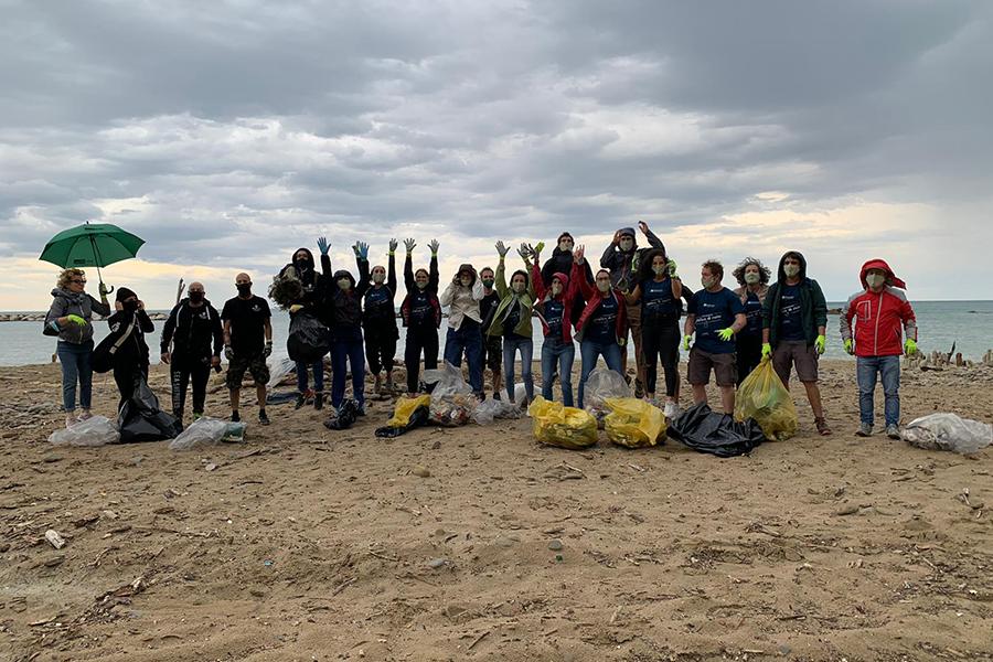 Operazione plastica di mare: La Saponaria e Sea Shepherd ripuliscono la spiaggia